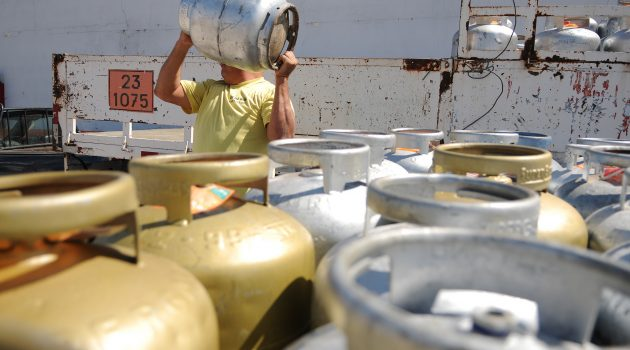 Preço do gás cai na refinaria, mas não chega ao consumidor
